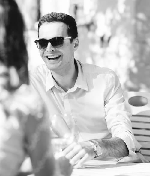 Férfi napszemüvegben fekete-fehér képen.