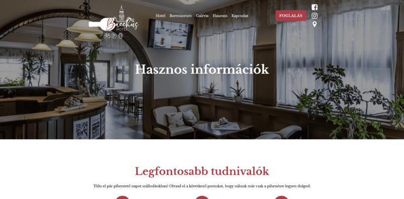 Honlap részlet, amin egy hotel recepciója és szöveg látható.
